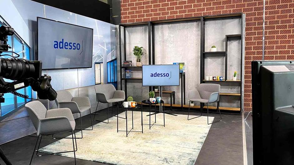 Studio flasHED Event Setting mit Stühlen und Bildschirmen